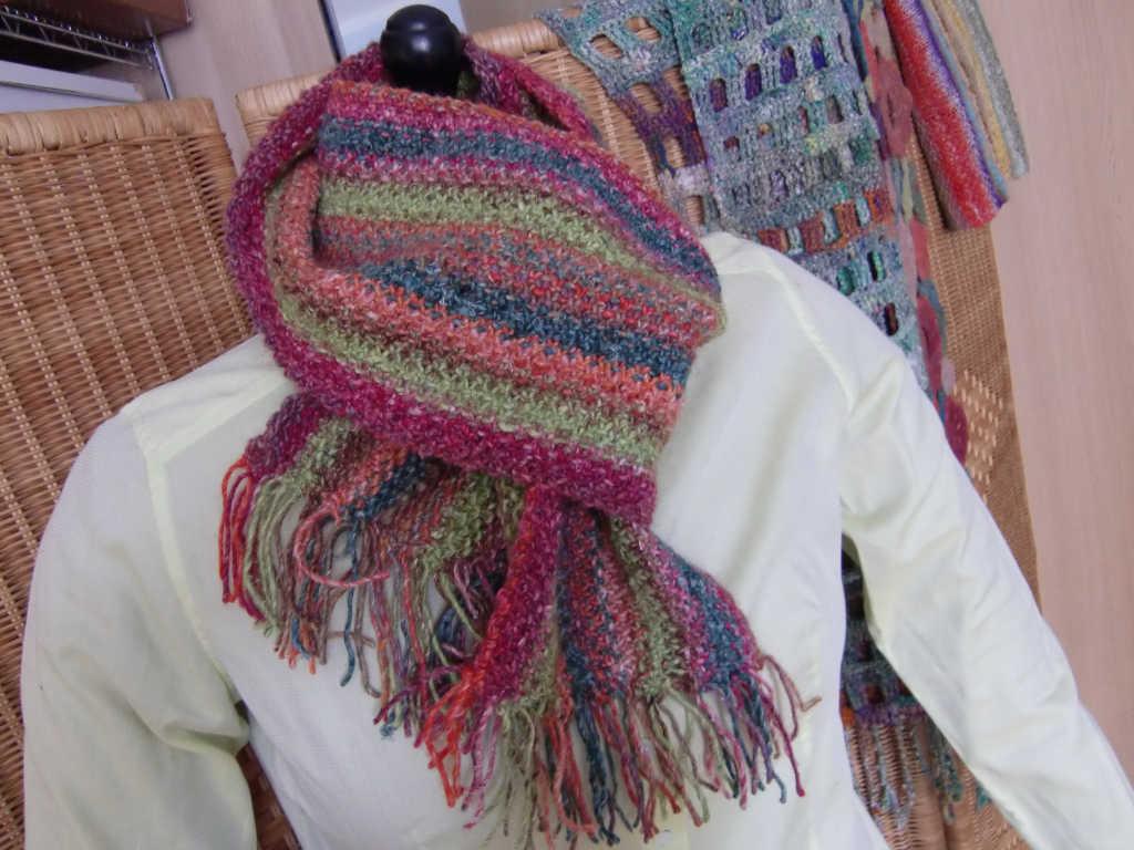 Stylingvorschlag für den Schals aus dem Garn Noro Silk Garden 265 und Noro Silk Garden Solo 33 und 48. Foto: Katrin Walter, Noromaniac