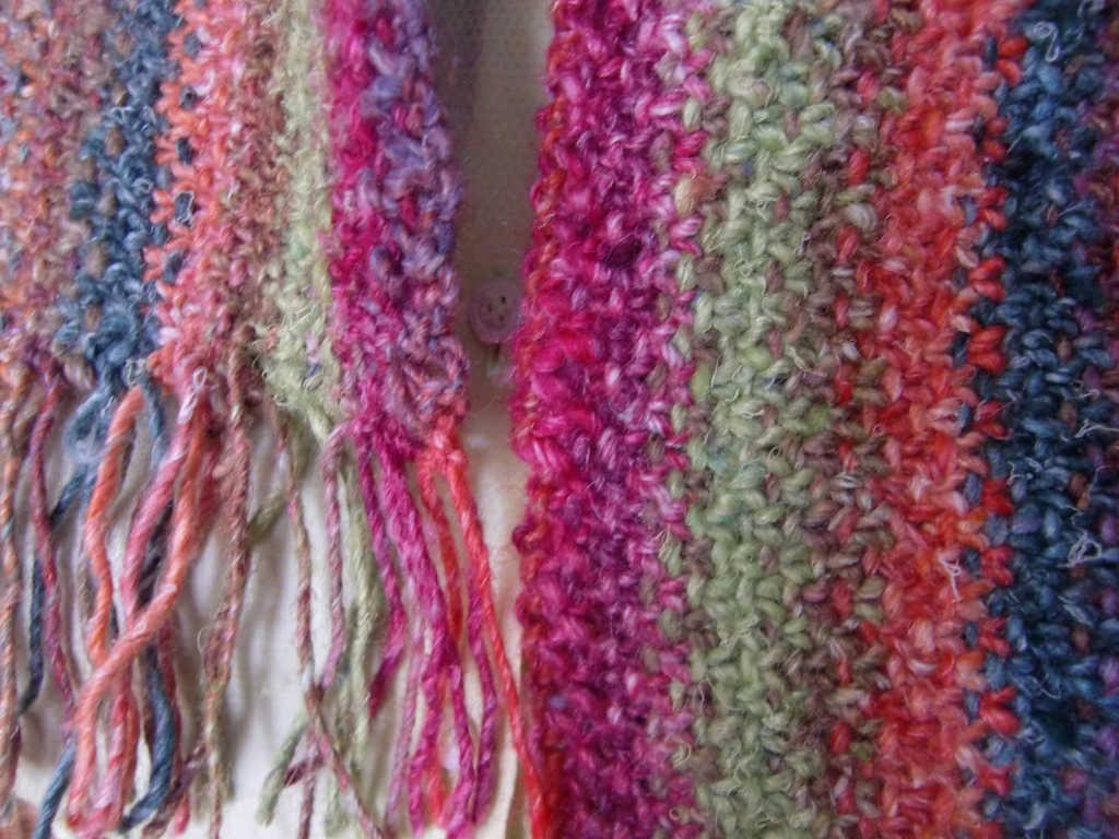 Detail des Schals im Linenstitch aus Noro Silk Garden 265 und Noro Silk Garden Solo 33 und 48. Foto: Katrin Walter, Noromaniac
