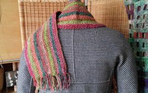 Der Schals aus Noro Silk Garden 265 mit Silk Garden Solo 33+48 gestylt auf einer Schwarz-weißen Max Mara Jacke im Pepita-Muster. Foto: Katrin Walter, Noromaniac