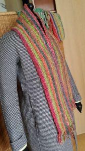 Auf einer dezent gemusterten Max Mara Jacke, wie hier im schwarz-weißen Pepita-Muster kommt der Schals aus Noro Silk Garden 265 besonders zur Geltung. Foto: Katrin Walter, Noromaniac