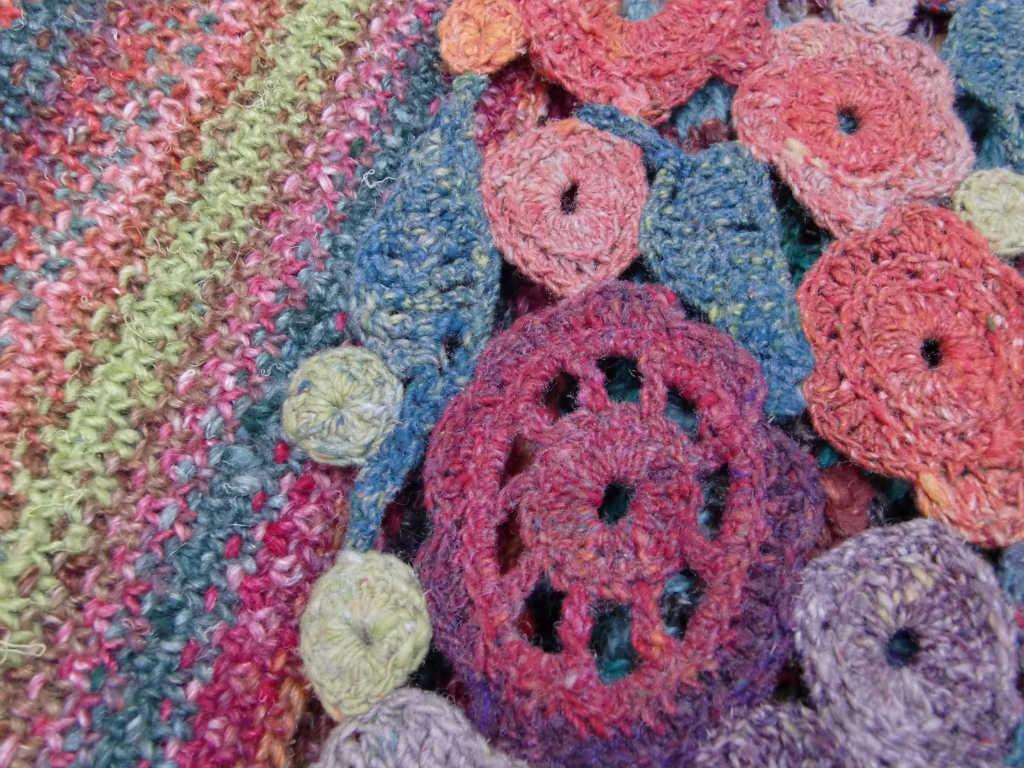 Linenstitch-Schal aus Noro Silk Garden 265 links und rechts der Blütenschal auf dem Garn Noro Taiyo 4ply 23. Foto: Katrin Walter, Noromaniac