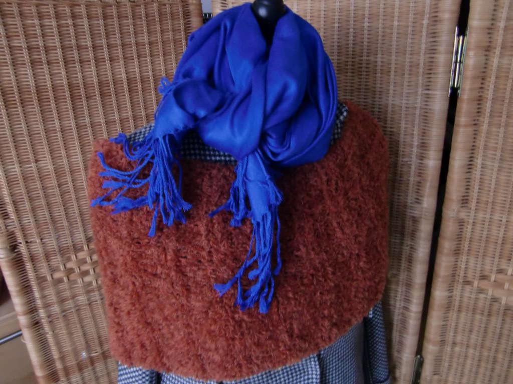 Schulterwärmer aus Lana Grossa Garn Micio Farbe 9, Terracotta mit blauem Schal, aus Schals 2018 von Katrin Walter - Noromaniac