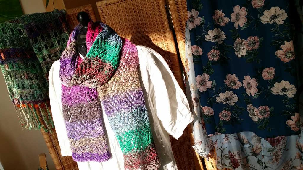 Lace-Schal aus dem Garn Noro Aya 10 auf weißer Bluse. Foto aus Schals 2018 von Katrin Walter - Noromaniac