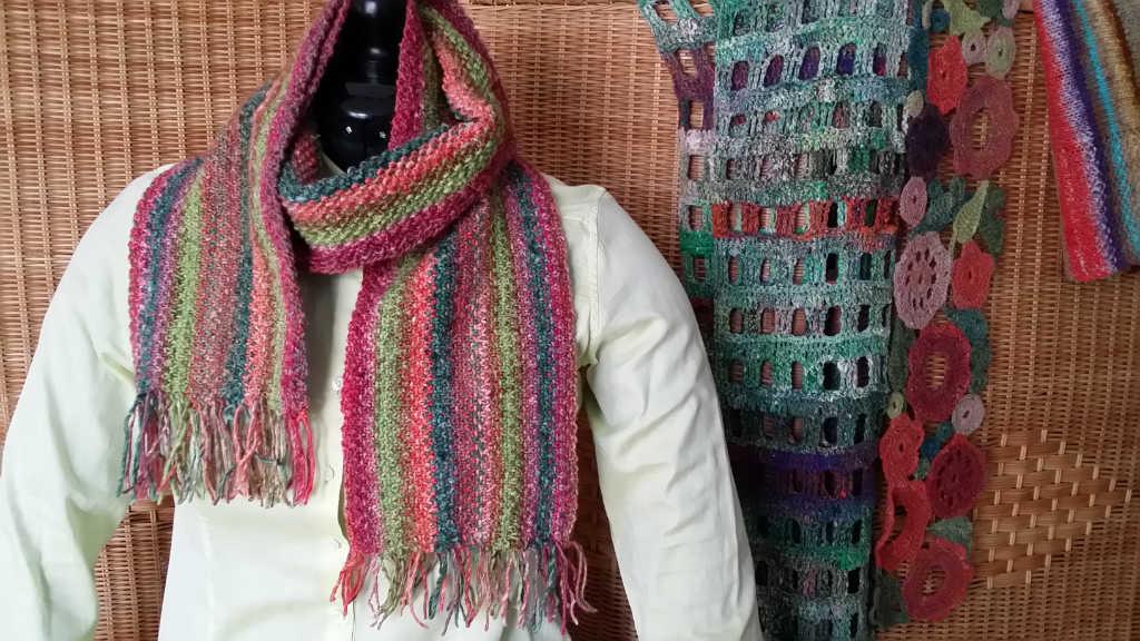 Streifen-Schal aus dem Garn Noro Silk Garden 265 und zwei Grün-Tönen der Silk Garden Solo. Foto aus Schals 2018 von Katrin Walter - Noromaniac
