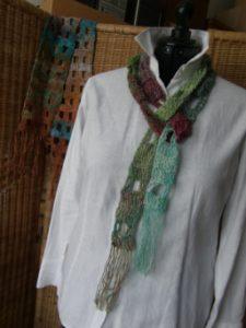 Mini-Schal gehäkelt aus dem Garn Noro Silk Garden Lite 2107. Foto aus Schals 2018 von Katrin Walter - Noromaniac