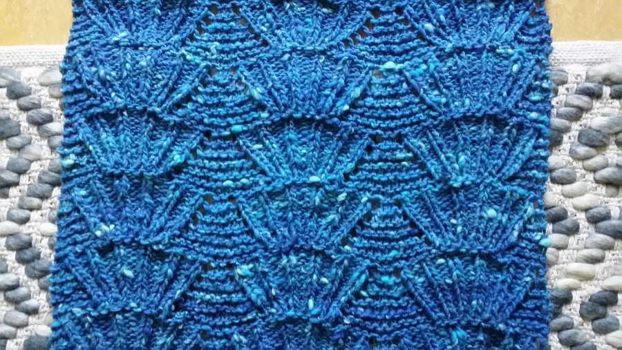 Gestrickte Stola aus Noro Tsuido #1 in Azur-Türkis-Blau meliert im Jakobs-Muschel-Muster. Foto: Katrin Walter – Noromaniac