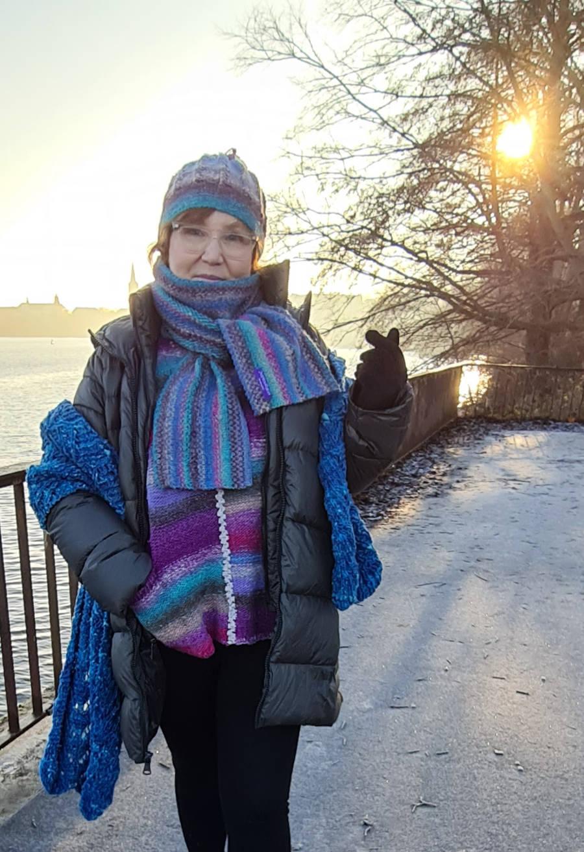 Katrin Walter trägt ihre Strick-Stola aus Noro Tsuido und dazu Mütze und Schal aus Noro Shiro und den Columna-Pullover aus Noro Kureyon. Foto: Noromaniac