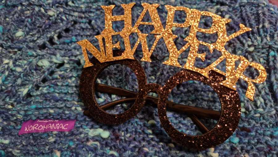 Happy New Year Glitzerbrille auf gestrickter Norowolle - Foto: KAtrin Walter - Noromaniac