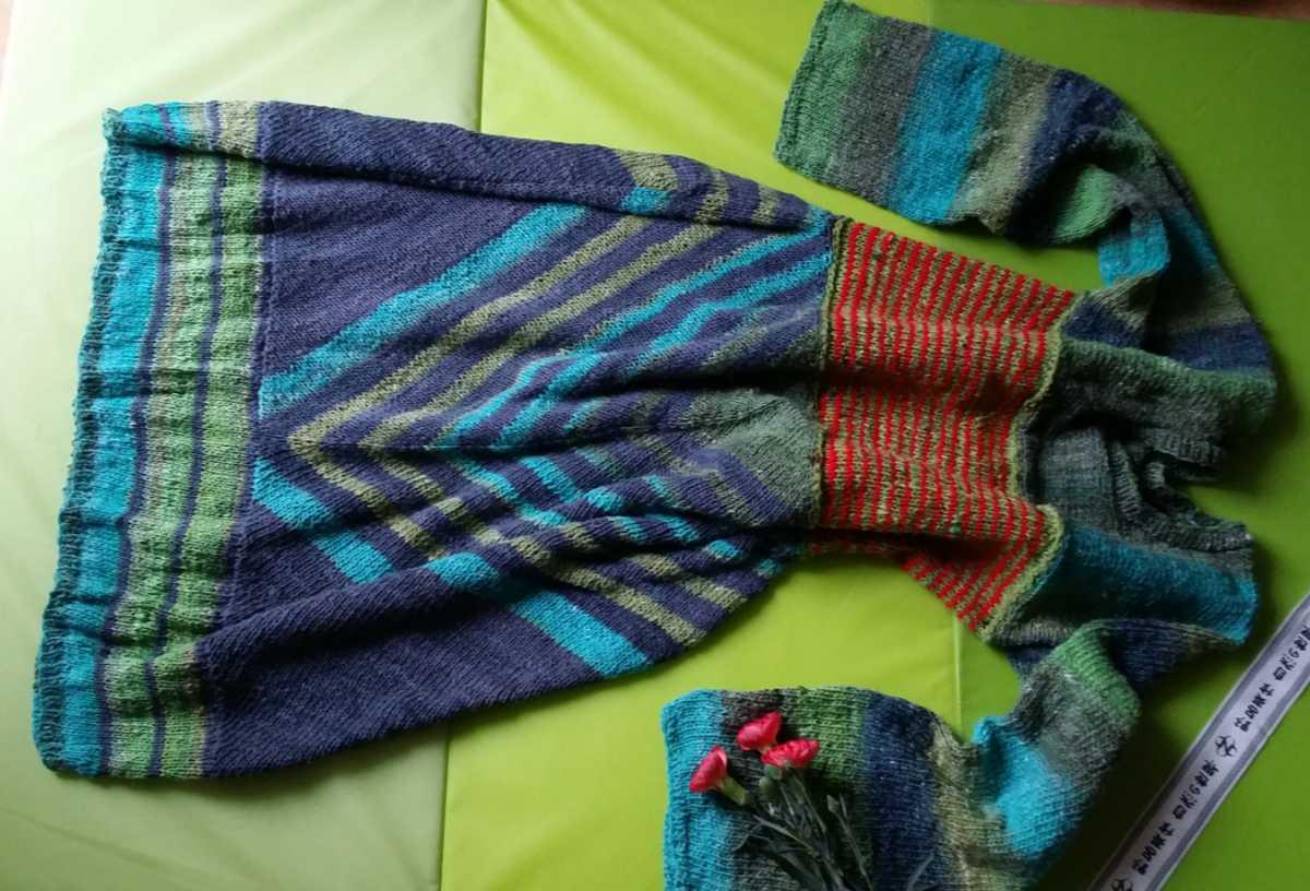 Das Strickkleid aus Noro Geshi, Noro Sonata und Noro Silk Garden Sock Solo liegend. So kann man alle 4 Abschnitte am Kleid gut sehen. Foto: Katrin Walter – Noromaniac