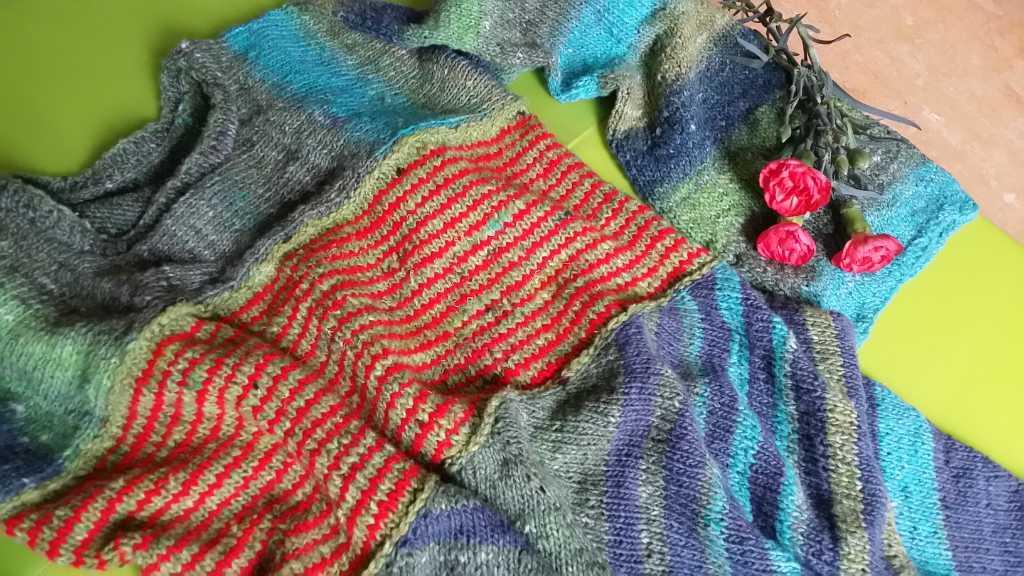 Die Farbenpracht im Strickkleid aus Noro Geshi, Sonata und Silk Garden Sock Solo wird durch die feinen riten Linien noch spektakulärer. Foto: Katrin Walter - Noromaniac