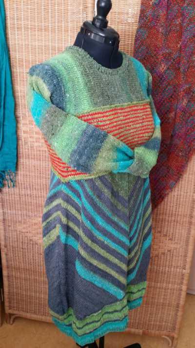 Chevron-Streifen perfekt in Szene gesetzt im Rockteil dieses gestrickten Kleides aus Noro Geshi, Sonata und Silk Garden Sock Solo. Foto: Katrin Walter - Noromaniac