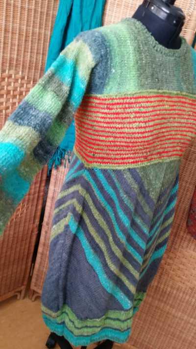 Auch in der seitlichen Ansicht des Kleides sieht man, wie die Chevron-Streifen aus Noro Geshi perfekt aufeinandertreffen. Foto: Katrin Walter – Noromaniac