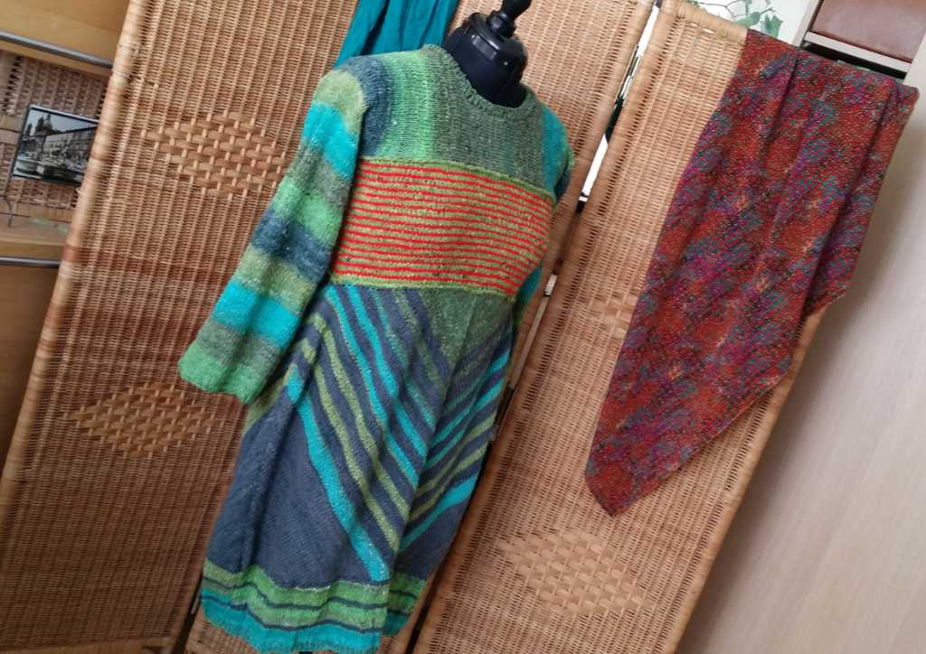 Das Strickkleid aus Noro Geshi, Noro Sonata und Noro Silk Garden Sock Solo auf der Schneiderpuppe. Foto: Katrin Walter – Noromaniac