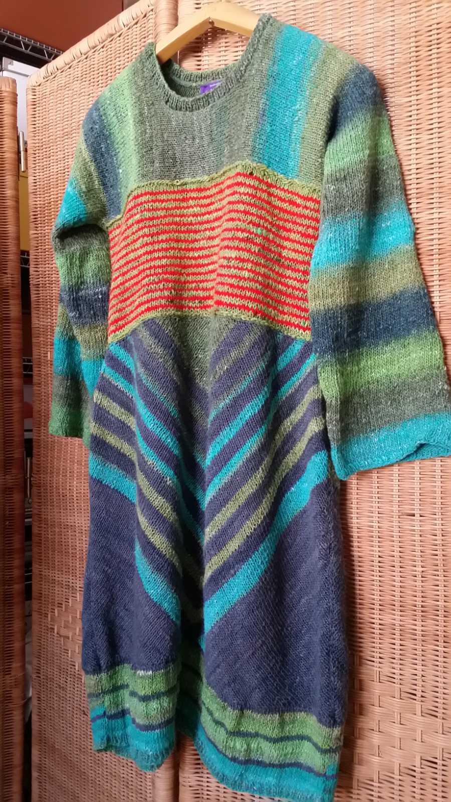 Das Strickkleid aus Noro Geshi, Noro Sonata und Noro Silk Garden Sock Solo in voller Pracht. Foto: Katrin Walter – Noromaniac