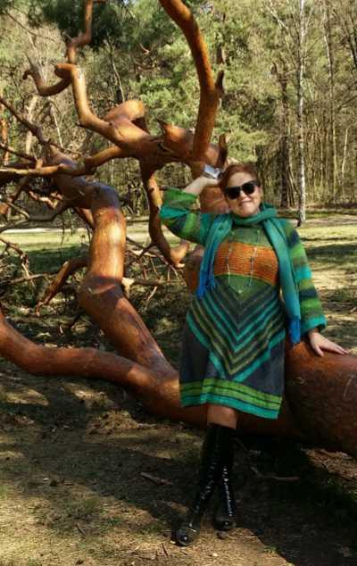 Wie eine Waldfee Noromaniac im Wald in ihrem Strickkleid aus Noro Geshi, Noro Sonata und Noro Silk Garden Sock. Foto: Katrin Walter