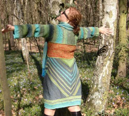 Noromaniac im Wald in ihrem Strickkleid aus Noro Geshi, Noro Sonata und Noro Silk Garden Sock. Foto: Katrin Walter