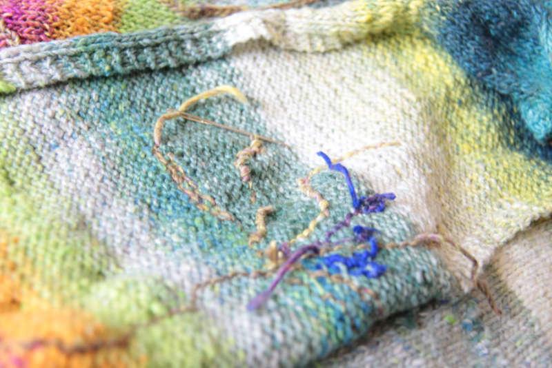 Fäden vernähen von innen von der Stickerei auf dem und aus dem Garn Noro Tsubame #06. Foto, Idee und Design: Katrin Walter – Noromaniac