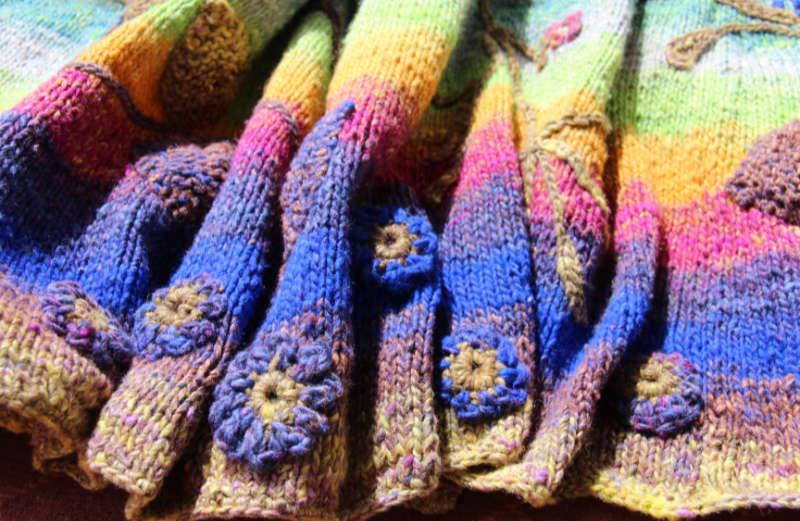 Gehäkelte und aufgenäte blaue Blüten am unteren Rand am Strickmantel Loni Love aus Noro Tsubame #06. Foto, Idee und Design: Katrin Walter – Noromaniac