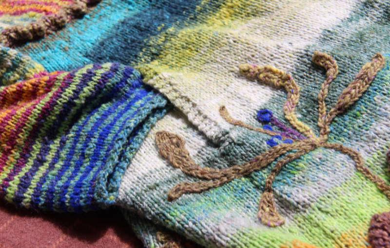 Tascheneingriff und Jelängerjelieber Stickerei auf dem Strickmantel Loni Love aus Noro Tsubame #06. Foto, Idee und Design: Katrin Walter – Noromaniac