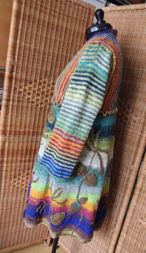 Jelängerjelieber Strickmantel Loni Love aus Noro Tsubame #06 von linker Seite auf Schneiderpuppe. Foto, Idee und Design: Katrin Walter – Noromaniac