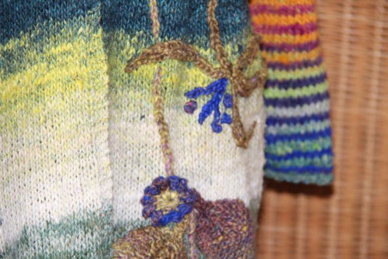 Detail der Applikationen auf dem Strickmantel Loni Love aus Noro Tsubame #06. Foto, Idee und Design: Katrin Walter – Noromaniac