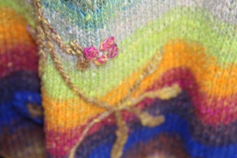 Weiteres Detail der Applikationen auf dem Strickmantel Loni Love aus Noro Tsubame #06. Foto, Idee und Design: Katrin Walter – Noromaniac