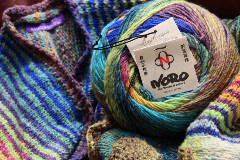 Die herrlich leuchtenden Farben des Garns Noro Tsubame #06 aus 50% Seide im Knäuel und verstrickt. Foto: Katrin Walter – Noromaniac