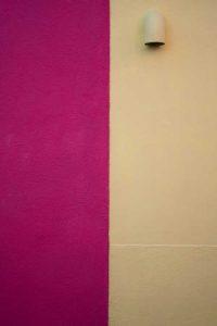 Wand mit zwei Farben, links Pink, rechts Beige, als Illustration für die zweigeteilten Vorder- und Rückenteile des Columna-Pullis von Katrin Walter aka Noromaniac