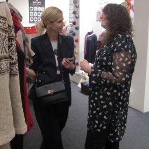 Claudia Wersing (rechts) mit einer Kundin im Gespräch am Knitting Fever Stand auf der h+h 2019. Foto Katrin Walter, Noromaniac
