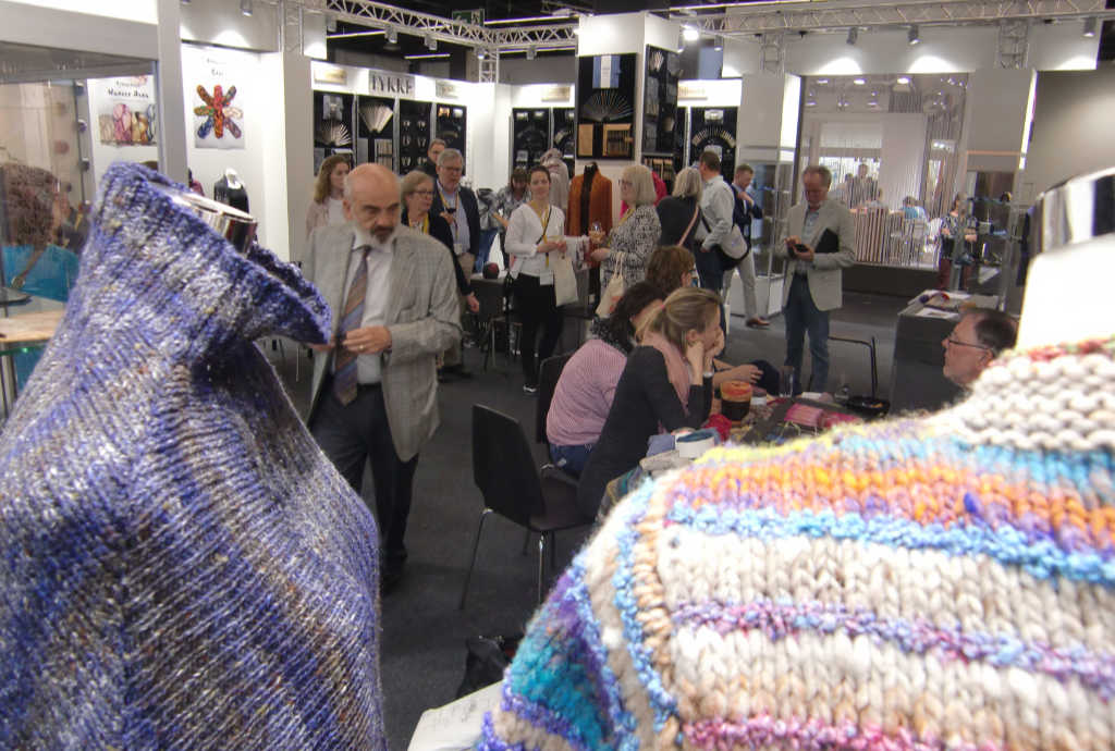 Sion Elalouf in Aktion am Knitting Fever Stand auf der h+h cologne 2019 Foto Katrin Walter, Noromaniac