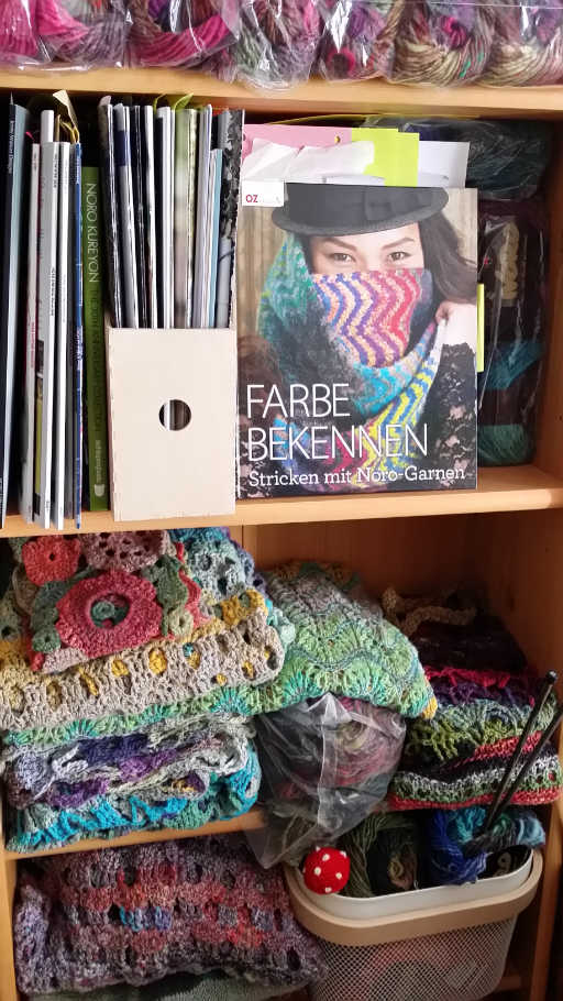 Regal von Noromaniac voll mit Noro-Wolle und fertigen Projekten aus Norogarn für das Interview mit Sion Elalouf. Foto: Katrin Walter