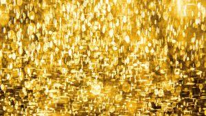 Eine Fläche mit Licht und Schatten in Gold als Illustration für den Artikel über die Gehäkelte Longweste im Netzmuster von Katrin Walter. Foto: Unsplash