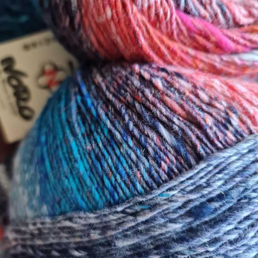 Herrliche Farbübergänge mit den typischen Farbsprenkeln des Norogarns hier in Baumwolle, Seide, etwas Wolle und Polyamid in leuchtenden Farben, wie ein Feuerwerk. Foto: Katrin Walter - Noromaniac