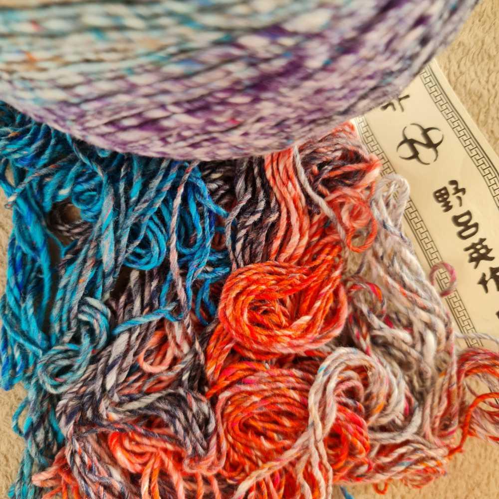 Noro Enka #05 Fukuoka mit Orange-Pink, Coelinblau, Violettblau+etwas Purpur - Faden - Foto: Katrin Walter – Noromaniac