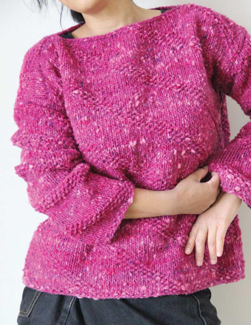Lässiger Pullover mit langem Arm in leuchtendem Pink aus der Wolle Noro Tsuido #4 - Foto: Noro Knitting Magazine - Noromaniac