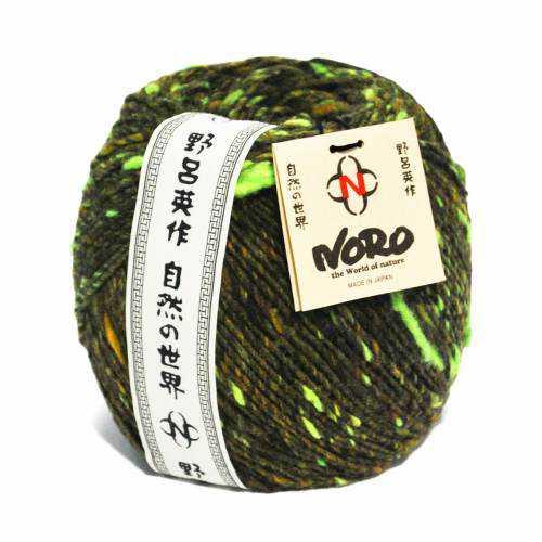 Ein 200 g-Garnknäuel der Wolle Noro Tsuido #8 in Grün mit Banderole und Noroschild - Noromaniac