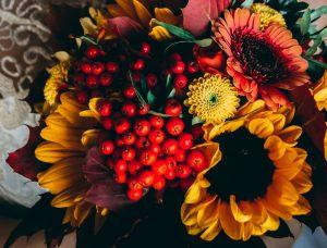 Herbstlicher Blumenstrauß als Metapher für die Weste aus Noro Kureyon 325 von Noromaniac.