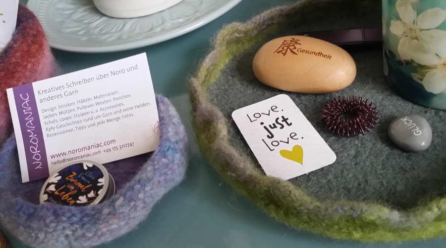Schalen aus Noro Kureyon auf dem Schreibtisch von Noromaniac mit ihrer Visitenkarte. Foto: Katrin Walter