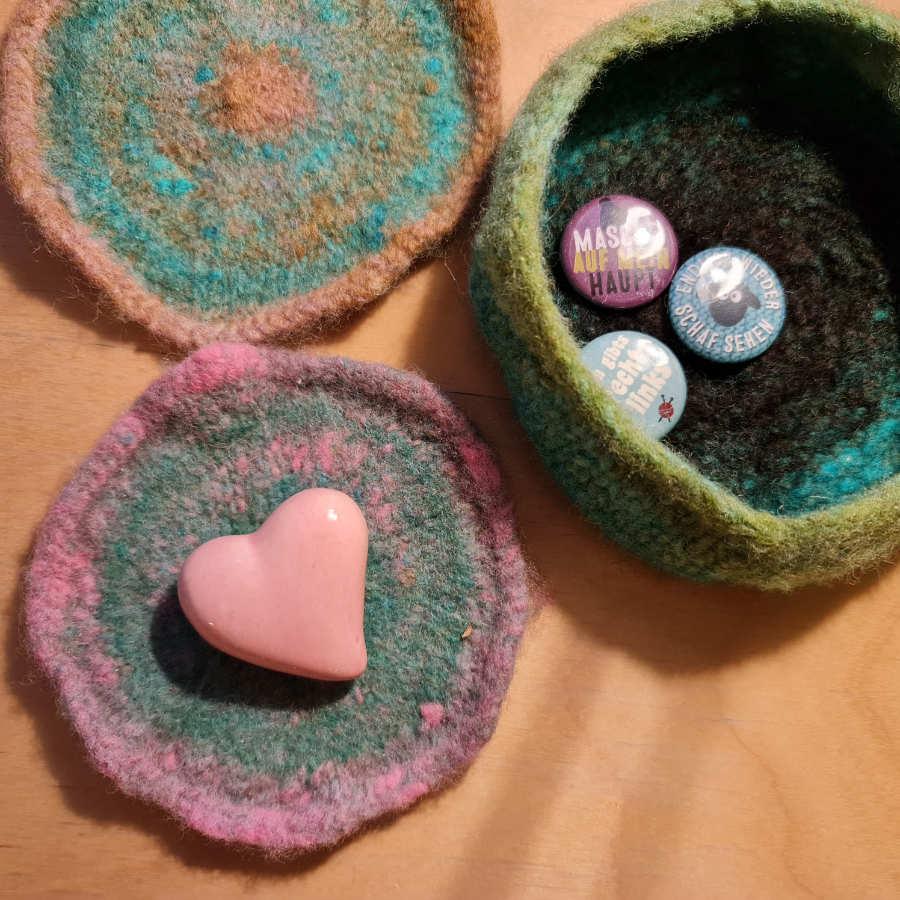 Ein rosa Herz auf einem Untersetzer aus gestrickter und gefilzter Noro Kureopatora. Ein Gruss zum Valentinstag - Foto: Katrin Walter alias Noromaniac