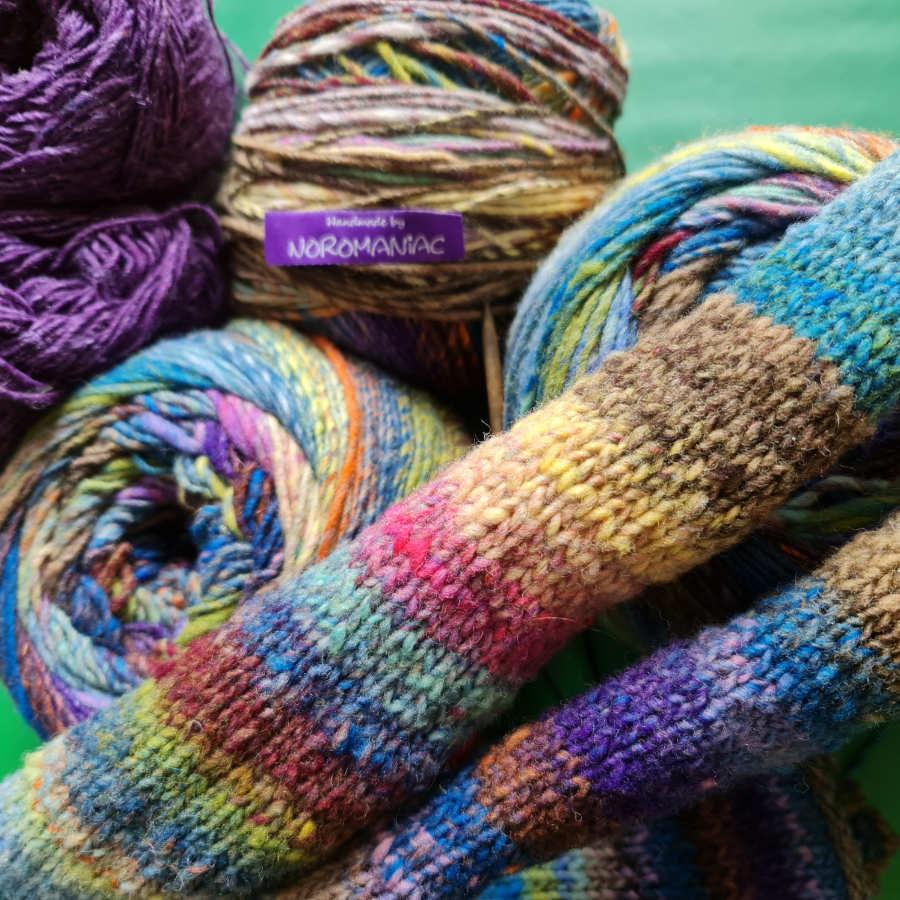 Herrlich die Farben der Noro Ito #21 aus 100% Wolle. Hier siehst du sie im Knäuel und glatt rechts gestrickt. Norolove zum Valentinstag - Foto: Katrin Walter alias Noromaniac