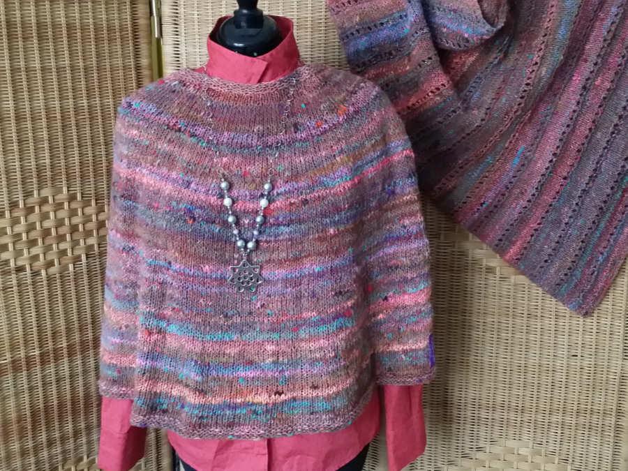 Poncho und Dreieckstuch aus dem Garn Noro Kotori #8. Tolle Farben. Foto: Katrin Walter alias Noromaniac