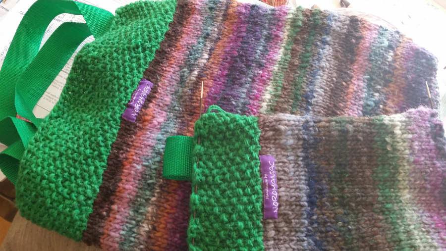Tasche und Etui gestrick aus der Wolle Noro Bachi mit Noro Silk Garden Lite Solo in Knallgrün mit Seide. Foto: Katrin Walter alias Noromaniac