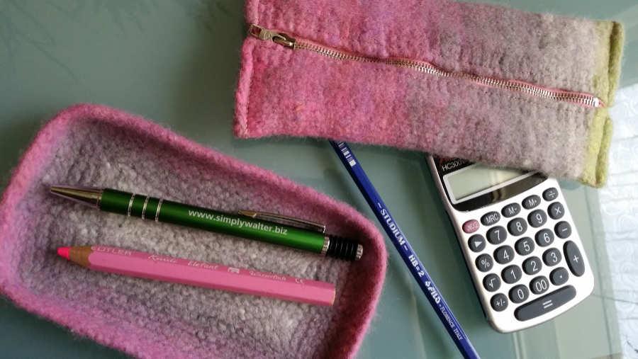 Ablage oder Handyhalter und Federtasche aus der Wolle Noro Kureopatora #1030, erst gestrickt, dann gefilzt. Foto: Katrin Walter alias Noromaniac