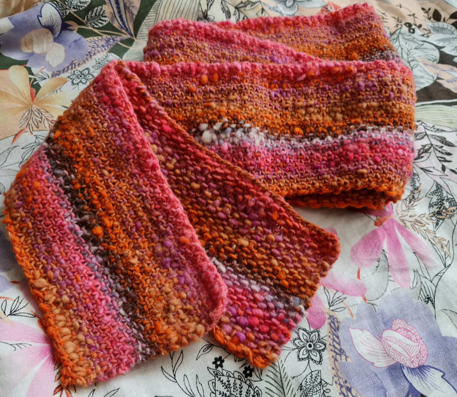 Langer schmaler Schal im Webmuster aus Noro Kureopatora #1011 in rosa zum Verlieben am Valentinstag - Foto: Katrin Walter alias Noromaniac