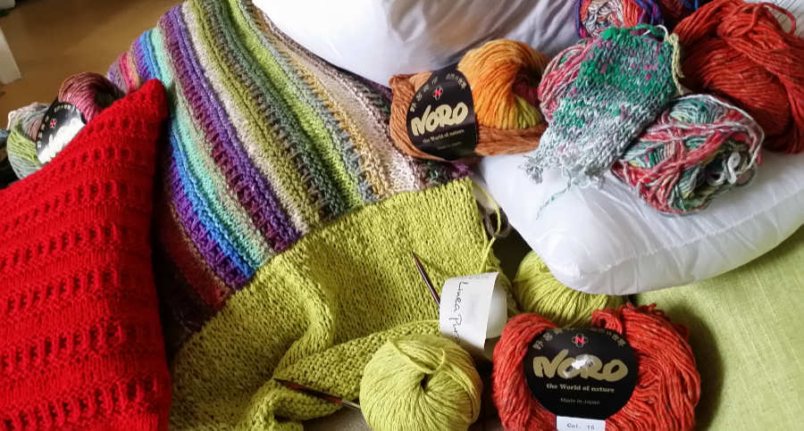Kissen machen die Wohnung gemütlich und laden zum Kuscheln ein. Hier aus Noro Taiyo und Lana Grossa-Garn sowie aus roter Uniwolle. Foto: Katrin Walter alias Noromaniac
