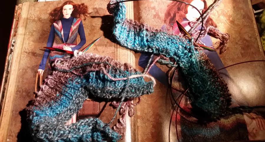Lange Weste aus der Noro Silk Garden #325 im Norobuch und meine Strickarbeit. Foto: Katrin Walter alias Noromaniac