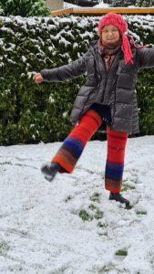 Now that I can dance, denn meine Hose aus Noro Kuereopatore #1024 ist fertig und hält mich schön warm im Schnee. Foto: Katrin Walter alias Noromaniac